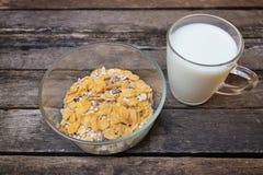 Cereal de desayuno y fruta seca en fondo de madera Imagenes de archivo