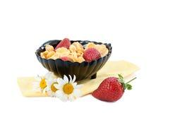 Cereal de los copos de maíz con las fresas Fotografía de archivo libre de regalías