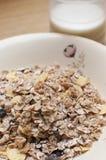 Cereal de Musli e mesa de cozinha do leite Imagem de Stock