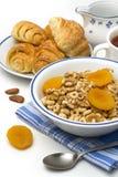 Cereal de pequeno almoço com croissant Imagens de Stock