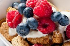Cereal de pequeno almoço com uvas-do-monte e framboesas Foto de Stock Royalty Free