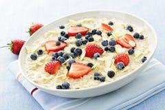 Cereal de pequeno almoço do Oatmeal com bagas Imagens de Stock