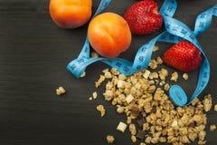 Cereal derramado de Cheerios con el chocolate Suplementos dietéticos sanos para los atletas Cheerios para el desayuno Muesli y la imagenes de archivo
