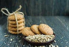 Cereal dos biscoitos com sementes de sésamo e na grão Imagem de Stock