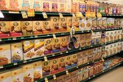 Cereal em prateleiras na mercearia Imagens de Stock