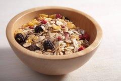 Cereal en tazón de fuente de madera Foto de archivo