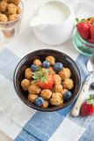 Cereal flakes with fresh berries Royalty Free Stock Photos
