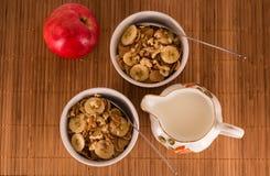 Cereal, nueces, plátano y manzana Fotos de archivo