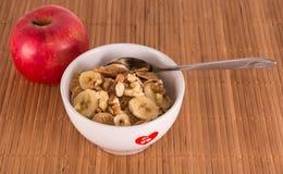 Cereal, plátanos, nueces y manzana Fotografía de archivo libre de regalías