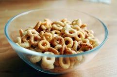 Cereal redondo em uma bacia imagens de stock
