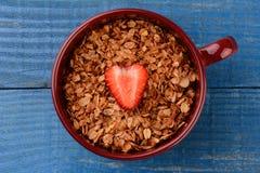 Cereal saudável na caneca com morango Fotografia de Stock