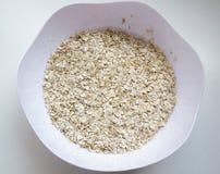 Cereal seco de la avena en un cuenco imagenes de archivo
