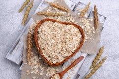 Cereal seco em uma cesta imagens de stock