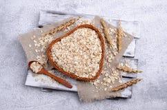 Cereal seco em uma cesta fotos de stock