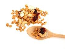 Cereal suave selectivo del granola del foco en cuchara y la pila de madera de cereal imagen de archivo