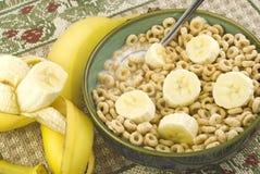 Cereal tostado de la avena con los plátanos rebanados Imagen de archivo
