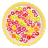 Cereal y leche coloridos en un tazón de fuente blanco Fotografía de archivo