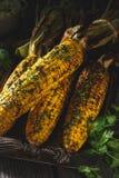 Cereale arrostito sulla pannocchia con l'erba del burro fotografia stock libera da diritti