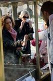 Cereale bollito e venditore arrostito delle castagne Fotografia Stock