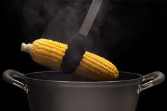 Cereale caldo dal vaso con vapore su fondo nero Immagine Stock Libera da Diritti