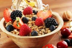 cereale Ciotola di cereali, di frutti e di latte del granola per i muesli della prima colazione con i cereali fotografie stock libere da diritti