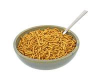 Cereale da prima colazione dell'alta fibra in vecchia ciotola con il cucchiaio Fotografie Stock Libere da Diritti