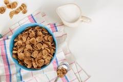 Cereale da prima colazione della crusca del grano saraceno del grano con latte in ciotola ceramica Fotografie Stock Libere da Diritti