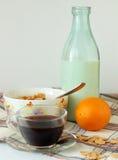 Cereale da prima colazione, latte e una tazza di caffè Fotografie Stock Libere da Diritti