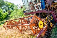 Cereale dell'associazione e mietitrice del grano Industria di agricoltura Fotografie Stock Libere da Diritti