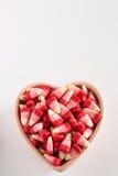 Cereale di Candy di giorno di biglietti di S. Valentino in ciotola a forma di del cuore Immagini Stock Libere da Diritti