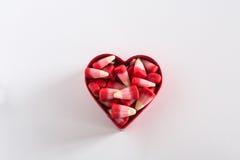 Cereale di Candy di giorno di biglietti di S. Valentino in taglierina del biscotto del cuore Fotografie Stock Libere da Diritti