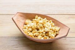 Cereale di schiocco nel piatto di cottura dell'argilla Fotografia Stock