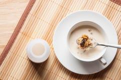 Cereale e latte sulla tavola di legno Fotografia Stock