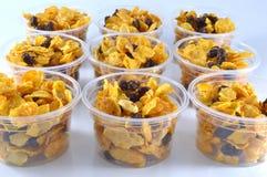 Cereale fatto dai fiocchi di granturco e dal caramello in tazze fotografia stock libera da diritti