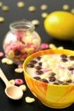 Cereale fruttato della palla del cioccolato del limone dello spuntino del pranzo della prima colazione con latte Immagini Stock
