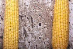 Cereale maturo giallo dolce sulla fine di legno del fondo su fotografie stock libere da diritti