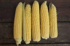 Cereale succoso giallo maturo fresco della latteria sopra immagine stock