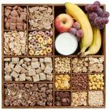 Cereales clasificados en rectángulo de madera Fotografía de archivo