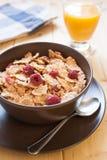 Cereales de desayuno y zumo de naranja fotografía de archivo