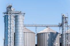 Cereales de la instalación del almacenamiento, y producción del biogás Imagenes de archivo
