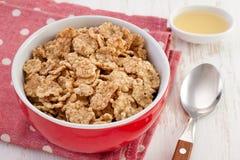 Cereales en el tazón de fuente con la miel Fotos de archivo
