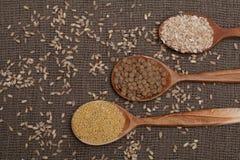 Cereales en las cucharas de madera Imagen de archivo