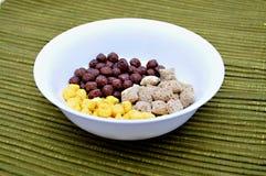 Cereales en tazón de fuente Fotografía de archivo libre de regalías
