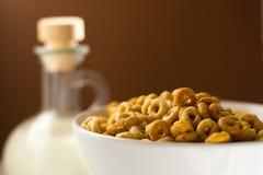 Cereales en un cuenco con la poder de la leche Imagenes de archivo