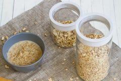 Cereales hervidos en la leche y los anacardos derramados con Imagen de archivo libre de regalías