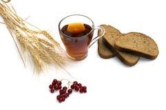 Cereales, rebanadas del pan, bebida y pasa, aún vida Foto de archivo