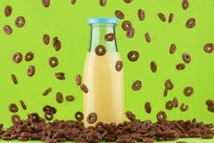 Cereales y botella de leche amarilla Fotografía de archivo libre de regalías