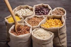 Cereales y habas en bolsos Foto de archivo