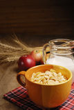 Cereales y leche fotos de archivo