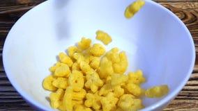 Cereali da prima colazione del cereale che cadono in una ciotola, movimento lento stock footage